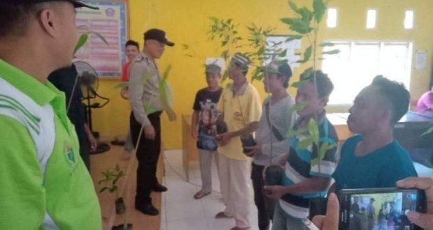 Kepala Desa di Gorontalo Beri Bibit Cengkeh dan Durian pada Petani